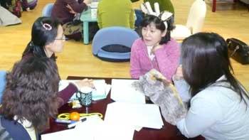 자녀와의 원활한 소통을 위해 비폭력 대화법을 배우려는 부모가 늘고 있다.