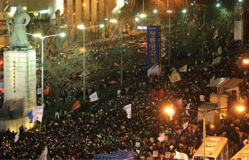 효순·미선을 추모하기 위해 광화문 거리에 모인 촛불시위 인파. ⓒ여성신문DB