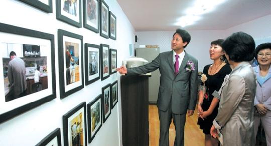 2008 양성평등사진전 개막식에 참석한 오세훈 시장이 설명을 들으며 사진을 관람하고 있다. ⓒ여성신문 정대웅 기자