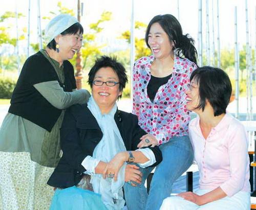 세대별 여성 작가들이 한자리에 모였다. 왼쪽부터 이순종, 김진숙, 이은실, 하차연 작가. 태이 작가는 사정상 사진촬영이 끝난 후에 합류했다. ⓒ여성신문 정대웅 기자