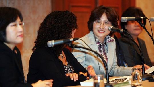 민무숙(오른쪽 둘째) 한국여성정책연구원 기획조정실장이 지난 22일 열린 '제2차 성인지 예산 국제 심포지엄'에서 니슬린 알라미 유엔 여성기금 유니펨(UNIFEM) 프로그램 매니저와 대화를 나누고 있다.   sumatriptan 100 mg sumatriptan 100 mg sumatriptan 100 mg