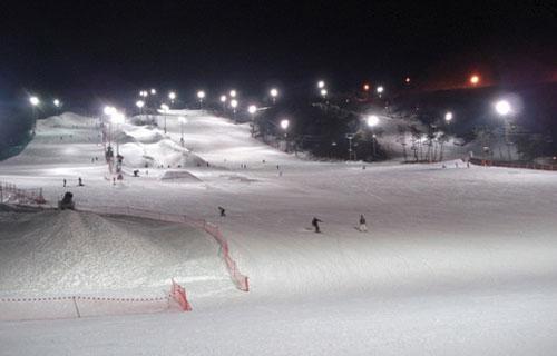 새벽·야간 스키는 낮 시간대보다 스키어가 적고, 이용료도 저렴해 알뜰하게 스키를 즐길 수 있다.