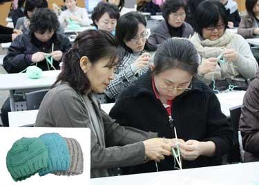 서울시 중부여성발전센터에 모인 주부들이 아프리카 신생아들을 위한 털모자를 뜨고 있다.