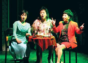 뮤지컬 '아줌마가 떴다'중. 맨오른쪽이 장미화, 가운데가 옥희씨.