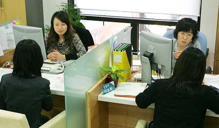 취업을 원하는 여성들이 지난 3월 23일 서울일자리플러스센터 여성상담알선팀 창구에서 상담을 받고 있다.  what is the generic for bystolic   bystolic coupon 2013cialis coupon free prescriptions coupons cialis trial coupon