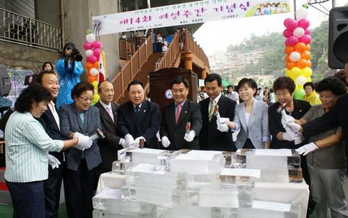 지난 2일 서울 홍제천변에서 열린 제14회 여성주간 기념식 및 서대문구 양성평등 사진전에서 참가자들이 여성들을 괴롭히는 6대 고정관념을 타파하자는 뜻으로 얼음깨기 퍼포먼스를 벌이고 있다.