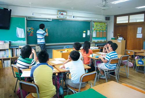 일부 지역에서 초등학생들을 대상으로 여름방학 보충수업이 실시될 예정이어서 논란이 일고 있다. 위 사진은 기사 본문과 무관하다.