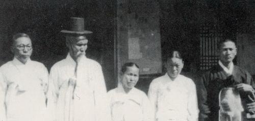 광복 직후인 1946년 4월 29일 윤봉길 의사의 의거를 기념해 생전 그와 각별했던 김구(제일 왼쪽) 주석이 윤 의사의 가족과 함께했다. (왼쪽부터) 부친 윤황, 모친 김원상, 미망인 배용순, 아들 윤종(윤주경씨의 부친).