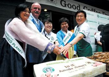 지난 7월 28일 서울 이대점에서 열린 스타벅스커피 코리아 10주년 기념 행사에서 이석구 대표(맨 오른쪽)를 비롯한 스타벅스 임원들이 떡 케이크 절단식을 하고 있다.