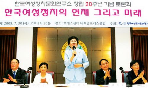 여성정치문화연구소 창립20주년 기념 토론회장에서 김정숙 이사장이 인사말을 하고 있다.