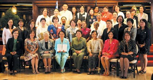 여성권리장전을 손에 든 글로리아 아로요 대통령과 필리핀 여성 리더들.(출처: 유엔여성기금 홈페이지)