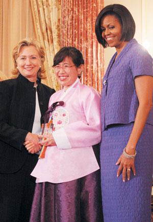 10일 수상식에서 한국의 수상자 이애란 박사(가운데)를 격려한 대통령 부인 미셸 오바마 여사와 힐러리 클린턴 국무장관.   prescription drug discount cards blog.nvcoin.com cialis trial coupon
