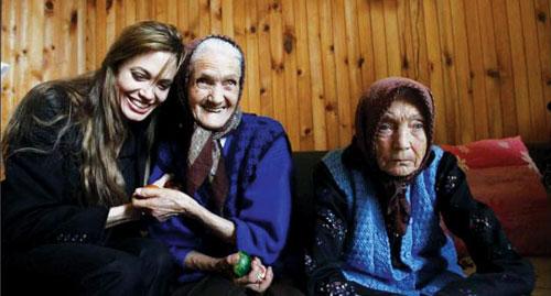 보스니아 로가티카의 난민촌을 찾은 앤젤리나 졸리가 할머니들과 이야기를 나누고 있다.    cialis coupon cialis coupon cialis coupon