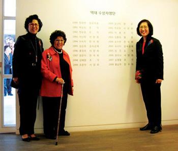 석주문화재단의 윤영자(왼쪽에서 둘째) 이사장이 기념전에 참석한 지인들과 역대 수상자 명단 앞에서 포즈를 취하고 있다.   cialis coupon free   cialis trial coupon