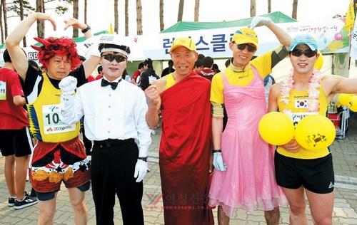 이색 복장으로 축제 분위기를 돋운 참가자들.sumatriptan patch http://sumatriptannow.com/patch sumatriptan patch