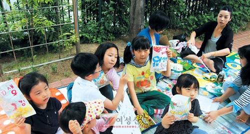 가족품앗이 모임에 참여한 엄마와 아이들이 직접 만든 과자 봉투를 들고 자랑하고 있다.    sumatriptan patch http://sumatriptannow.com/patch sumatriptan patchprescription drug discount cards cialis prescription coupon cialis trial coupon