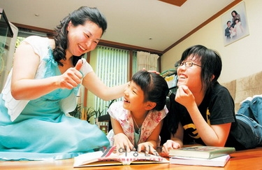 자녀가 책을 읽을 때 충분한 대화 시간을 가지면 언어 능력이 높아진다. 독서하는 두 딸을 한 엄마가 격려하고 있다.sumatriptan 100 mg sumatriptan 100 mg sumatriptan 100 mg