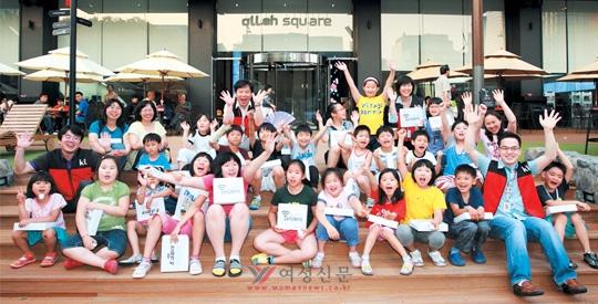 성남시 새롬지역아동센터 어린이 30여 명이 지난 6월 25일 광화문 KT 올레 스퀘어를 방문해 KT 사랑의봉사단원들과 즐거운 시간을 가졌다. ⓒKT 제공