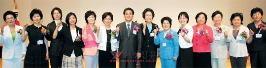 6월 29일 서울여성플라자에서 열린 한국여성정치연맹 19주년 기념행사에서 정동영 의원(왼쪽 일곱째), 김방림 총재(여덟째)와 6·2 지방선거 당선자들이 파이팅을 외치고 있다.   cialis coupon cialis coupon cialis coupon