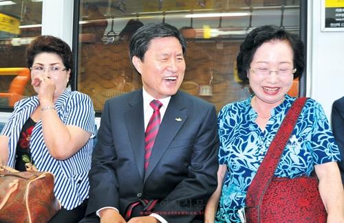 허남식 부산시장이 1일 취임식에 앞서 부산역에서 지하철을 타고  출근하며 시민과 대화를 하고 있다.