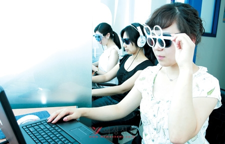 HB두뇌학습클리닉에서 적청안경을 이용해 시지각훈련을 하고 있는 여성들. ⓒ정대웅 여성신문 사진기자 (asrai@womennews.co.kr)