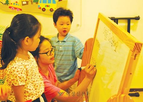 지난 12일 SK텔레콤 사내 보육시설인 '푸르니 어린이집'에서 아이들과 교사가 함께 여행을 다녀온 후 경험을 놀이로 표현하는 수업을 하고 있다.   sumatriptan patch http://sumatriptannow.com/patch sumatriptan patch