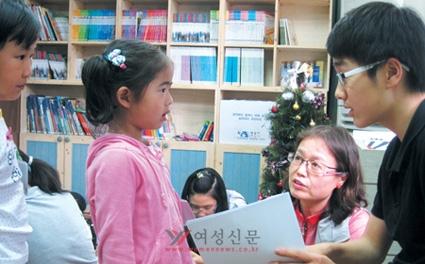 용산 국제중 학생들의 가정과 미취학·초등생 자녀를 둔 가정이 연계해 영어로 스토리텔링 시간을 갖는 가족 품앗이 모임. 모임에 참여하고자 대기하는 가정이 있을 정도로 인기가 많다.