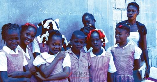 갈보리 학교 3학년 아이들과 담임 교사. 아이티의 학생들은 대부분 교복을 입는다.