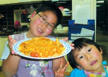 요리 만들기를 좋아하는 아들이 특별 메뉴를 내놓았다. 요리 이름은 '엄마가 좋아하는 떡볶이'. '책 박사' 만길(왼쪽)과 만혁군.sumatriptan 100 mg sumatriptan 100 mg sumatriptan 100 mg