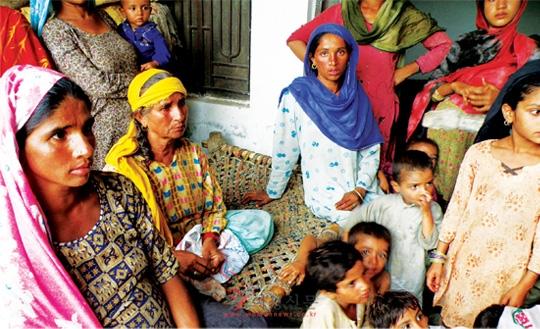 최근 파키스탄을 강타한 홍수로 집과 가족을 잃고 무크타르 마이 여성재단(MMWO)에 피신 중인 여성과 아이들.   sumatriptan patch http://sumatriptannow.com/patch sumatriptan patchcialis coupon free discount prescription coupons cialis trial coupon