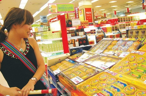 추석을 맞아 다양한 추석선물세트가 출시되고 있는 가운데, 마트를 찾은 한 여성 고객이 제품을 유심히 살펴보고 있다.sumatriptan patch sumatriptan patch sumatriptan patch
