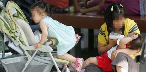 어린 두 자녀를 돌보느라 기진맥진한 어느 30대 여성. 이번 조사에서 여성들은 가사·양육 전담을 최대 고통으로, 건강을 최고의 행복 요건으로 꼽았다. ⓒ정대웅 여성신문 사진기자 (asrai@womennews.co.kr)