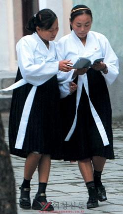 외래어를 적극적으로 고유어로 순화해 쓰는 언어정책 때문에 북한 여성들에게 남한에서 일상적으로 사용하는 외래어는 '외국어'나 다름없다.   cialis coupon cialis coupon cialis coupon