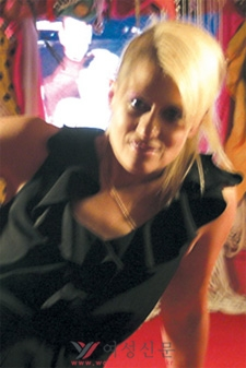 자신의 설치작업 앞에서 포즈를 취한 피치스.sumatriptan patch http://sumatriptannow.com/patch sumatriptan patchsumatriptan 100 mg sumatriptan 100 mg sumatriptan 100 mgprescription drug discount cards site cialis trial couponcialis manufacturer coupon open cialis online coupon