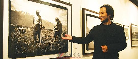 전시회장에서 만난 박노해씨가 자신의 작품에 대해 설명하고 있다. 그의 사진에는 시인으로서의 감수성과 노동평화운동가로서의 신념이 오롯이 담겨 있다.
