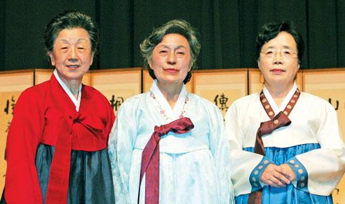 왼쪽부터 김인자 소장, 김의정 이사장, 이금재 연구위원. ⓒ정대웅 여성신문 사진기자 (asrai@womennews.co.kr)
