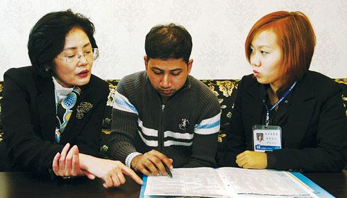 이인실(왼쪽) 통계청장이 경기 안산시 원곡동 다문화거리의 한 식당을 찾아 외국인 방문조사원 레벳 테이(오른쪽) 씨와 함께 방글라데시 출신 카림씨에게 인구주택총조사 참여를 당부하고 있다. ⓒ통계청 제공