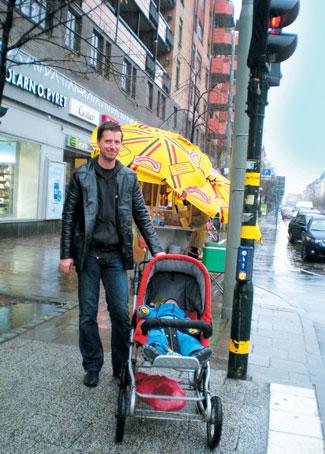 스웨덴에서 출산휴가 기간 중 아이를 데리고 산책하고 있는 아빠sumatriptan patch http://sumatriptannow.com/patch sumatriptan patchcialis coupon free discount prescription coupons cialis trial coupon