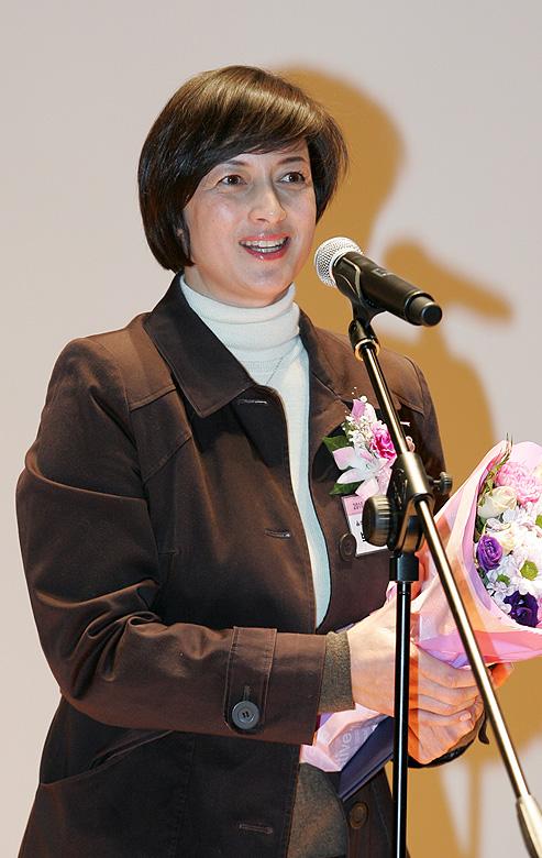 19일 광화문 KT 올레스퀘어드림홀에서 열린 2010 올해의 여성문화인상 시상식에서 올해의 여성문화인상을 수상한 박칼린 예술감독이 수상소감을 밝히고 있다. 정대웅 기자
