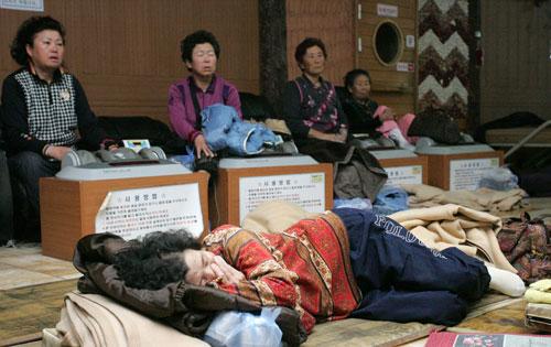 북한의 포격 직후 맨몸으로 연평도를 빠져나온 피란민들이 11월 26일 임시 숙소인 인천 인스파월드에서 휴식을 취하고 있다.   sumatriptan patch http://sumatriptannow.com/patch sumatriptan patch
