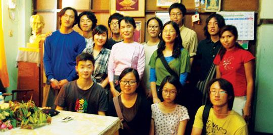 지난 2월 7일 미얀마 양곤의 민족민주동맹(NLD) 당사에서 7년 만에 가택연금이 해제된 아웅산 수치(뒷줄 다섯째) 여사와 하자작업장학교 학생 11명이 만나 미얀마-한국 청소년들의 연대와 국경지대 청소년들의 문제에 대해 이야기를 나눴다.   sumatriptan 100 mg sumatriptan 100 mg sumatriptan 100 mg