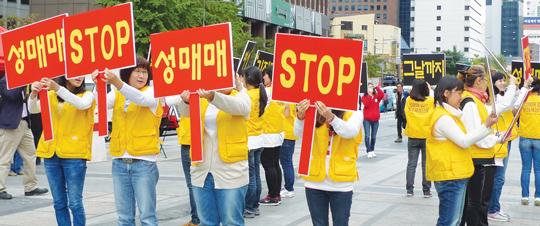 10월 21일 서울 청계광장에서 한소리회 활동가들이 성매매 근절을 외치는 퍼포먼스를 진행하고 있다.