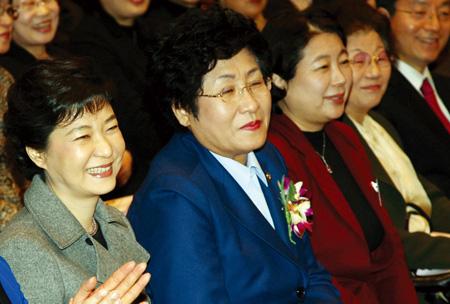 올해 1월 여성신문사의 신년하례식에 참석한 박근혜 전 새누리당 비대위원장이 현정은 현대그룹 회장, 김정숙 한국여성단체협의회 회장 등 여성계 인사들과 나란히 앉아 있다. 전문가들은 여성 네트워킹과 스킨십을 강화할 필요가 있다고 지적한다. ⓒ여성신문DB