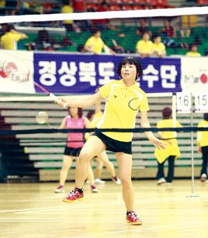 지난해 대교에서 주최한 전국여성부배드민턴 대회에서 참가자들이 경기에 임하고 있다. ⓒ대교 제공