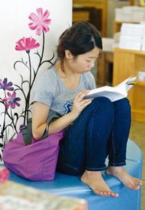 바닥에 앉아 독서하는 자세는 일자 목을 유발한다. ⓒ여성신문DB