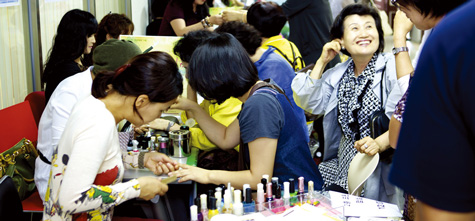 체험마당에서 네일아트를 받는 여성들.