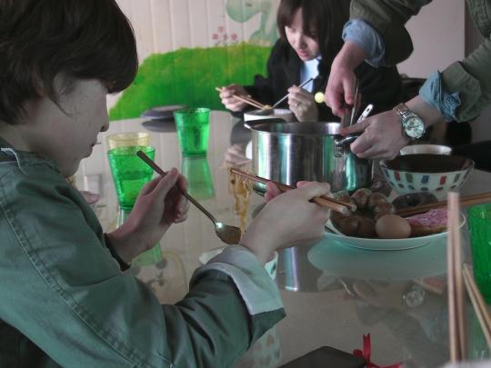 라면영화제에 참석한 관객들이 라면을 나눠 먹고 있다.
