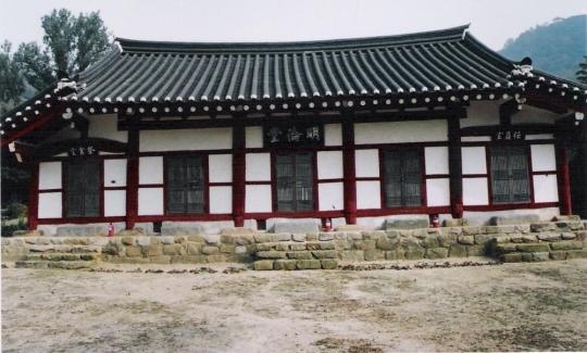 소설 '눈 오던 그 밤'의 배경은 전남 영광군 영광읍 교촌리 393번지다. 소설에도 나오는 수퇴산이 명륜당 뒤로 솟아 있다.