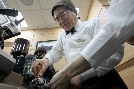 장애청년 바리스타를 고용한 커피전문점 꿈을 잡고(Job Go)에서 커피를 만들고 있는 장 회장.