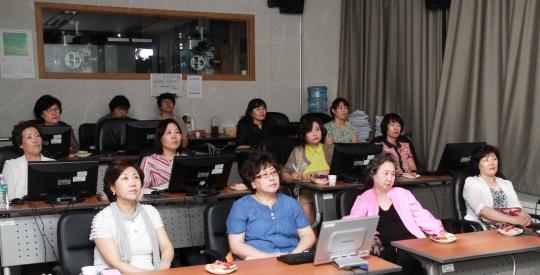 각계 여성 리더들이 영상물등급위원회에서 영상물 등급 분류 체험을 하고 있다. ⓒ홍효식 / 여성신문 사진기자 (yesphoto@womennews.co.kr)